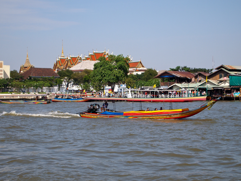 A long tail boat making its way up the Chao Phraya River